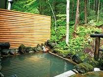 自然林に囲まれた露天風呂、夜も情緒たっぷりです。