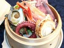 生でも食べられる新鮮な魚介類を せいろいっぱい詰め込んだ「せいろ蒸し」