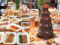 シェフによる旬の素材を活かした料理が20種類以上。パテシエが丁寧に作ったデザートも充実。