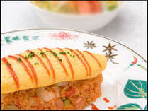 """半熟タマゴ、ライス合わせてのトロトロ具合が 美味しい""""小エビのオムライス"""""""