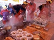 冬の日本海で獲れた魚介類を、直径2m以上のジャンボ鍋で煮込む豪快な高岡なべ祭り。