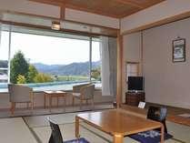 和室10畳:洗浄機能付トイレ付き。安来の山並みを眺めながら落ち着いたひと時を。