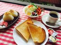 朝食一例 ほんのり甘くて美味しいと評判のトーストとサラダで健康的な朝ごはんをどうぞ!
