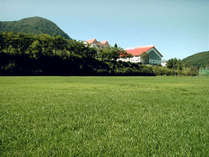 当ホテル所有の天然芝のサッカーグラウンド。全4面もあり、ひろびろと使えます♪
