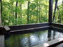 清々しい自然に包まれた源泉掛け流しの露天風呂でゆったり…。