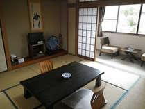 【由布岳が見える和室】椅子に座ってのんびり…☆ご夫婦やご家族で、心癒される時間をお過ごしください。