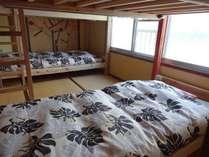 手作りのしっかりとしたベッドです。枕元に灯り、コンセントあります。