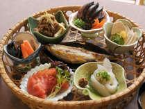 【仁淀川御膳】一籠に花のように種類豊富に並んだ小鉢が見た目にもうれしいお食事です