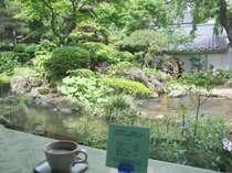 緑の中庭を眺めながら湯上りののんびりとしたひと時をどうぞ。