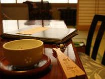 お部屋に入ったらまずはお茶を一杯。あとは浴衣でのんびりきままな時間を。
