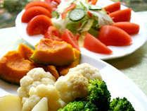 野菜たっぷりの朝食で朝からリフレッシュ。地元の新鮮な牛乳も。