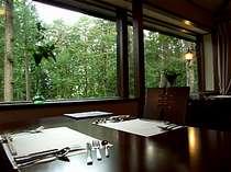 自然の緑を眺めながらの夕食…