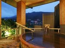当館自慢源泉掛け流しの貸切露天風呂、夜景を眺ながら至福のお時間をお過ごしください。