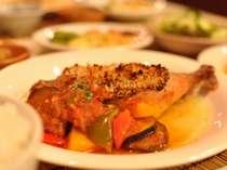 大人気の夕食。お魚料理の後はお肉料理、「チキンのパン屋風」。