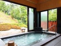 庭を臨む人工温泉の大浴場♪