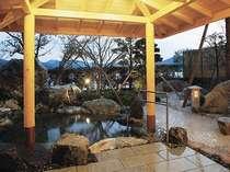 【露天風呂】2009年11月リニューアルの露天風呂。源泉かけ流しの泉質をご体感下さい。