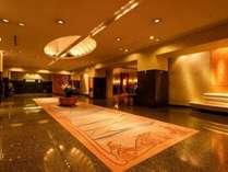 1階正面ロビーは贅沢な空間。
