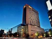 大通の西端、閑静な環境に建つ高層シティホテル