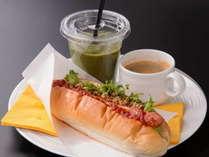 朝食ホッドドッグ ◇ボリューム満点のホットドッグと健康スムージーで一日の活力を♪
