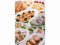 前菜からデザートまで、各種取り揃えたディナーバイキングです。※料理内容は季節によって異なります。