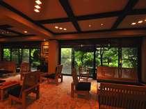 ロビー/窓の外には深山幽谷の景色とも見紛う、もみじ谷の景観、WiFiの使用が可能。