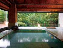 【浴場/内湯】大きな窓一面に四季の彩も楽しめる大浴場。お湯はもちろん天然温泉です。