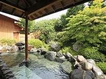 季節の植物を楽しめる 庭園露天風呂