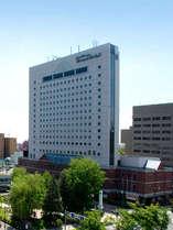 【道北最高層ホテル】夏の緑と旭川グランドホテル