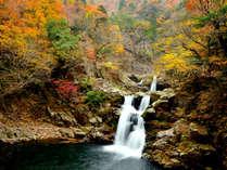 三段峡(三段滝)ポスターでお馴染み!全長30mにわたる三段からなる豪快な滝で三段峡の一番の見所。