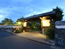 世界遺産「萩城下町」に佇む唯一の宿、北門屋敷。白壁石垣の続く萩らしい町並みの中心、毛利屋敷跡に建つ。