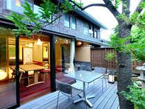 【ガーデンスイート一例】専用庭園に面したテラスと露天風呂で四季を楽しむ露天風呂客室。