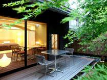 【ガーデンスイート一例】専用庭園に面したテラスと露天風呂で四季を楽しむ(イメージ)。