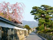 【北門屋敷表門前/御成道】江戸時代の石垣、長屋門などが広範囲に残り、今にも侍が現れそう。