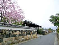 【御成道】北門屋敷前の通りは、江戸時代、お殿様の参勤交代の際の通り道だったメインストリート。