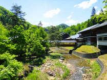 *奥阿賀の森の中にある一軒宿。お部屋は全室川沿い、川の中州にある露天風呂が人気です!