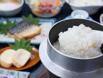 *朝食一例/お一人様ずつのお釜で炊き立てのコシヒカリをどうぞ。