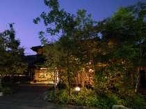【夕景の玄関とテラス】深い緑の中に佇む、どこか懐かしい宿