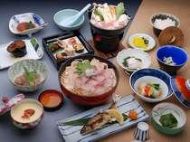 田舎こんにゃく、山の幸の炊合せ、「みつせ鶏」など地元食材を満喫できる。※鯉の洗いは出してません。