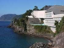 伊東園ホテル土肥外観。目の前に駿河湾が広がる立地となっております。