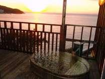 露天風呂付客室からの夕陽。露天風呂に入りながら沈む夕陽をご覧頂けます。