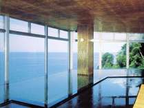 男性大浴場「金山風呂」。駿河湾を一望できるお風呂。水平線に沈む夕陽も必見です!