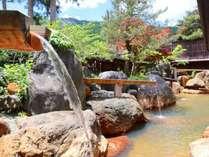 【杣人の湯】大露天風呂 長大な吐湯口から豪快に流れ込む源泉をお楽しみください。