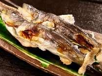「こんなに熱い岩魚、初めて♪」(お客様の声)~岩魚の塩焼きは串に刺され焼きたてが届けられる!
