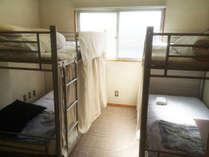 男女共用ドミトリールーム(4名1室)のうち、ベッド1つごとのご案内となっております。