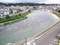 ホテルの西側を流れる天竜川。夏にはアユ釣りも。