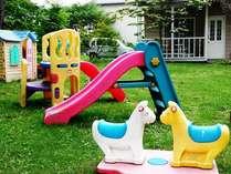 お庭には遊具がたくさん!子供たちに大人気♪フリスビーやバトミントンの無料貸出も有(^^)