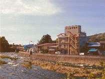浅瀬石川沿いに建つ三浦屋旅館