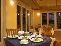 レストランオーシャンテラスでの食事風景