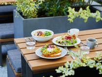 テラスで食べる新鮮なデリやサンドイッチで1日のはじまりに素敵な時間をお過ごしください