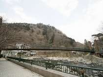 箒川沿い歩道から見る山ゆりの吊橋